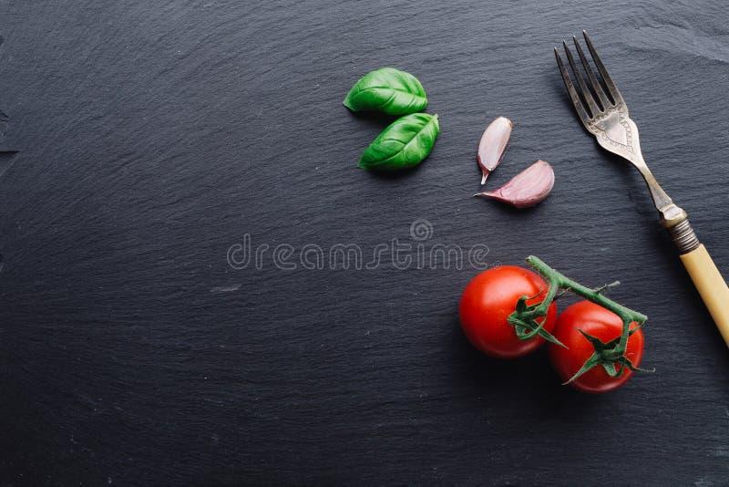Ingrédients de pâtes sur le fond noir d'ardoise photographie stock