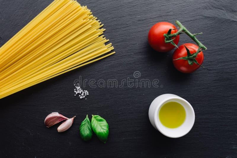 Ingrédients de pâtes sur le fond noir d'ardoise images stock