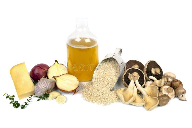 Ingrédients de Risotto de champignon de couche au-dessus de blanc images stock