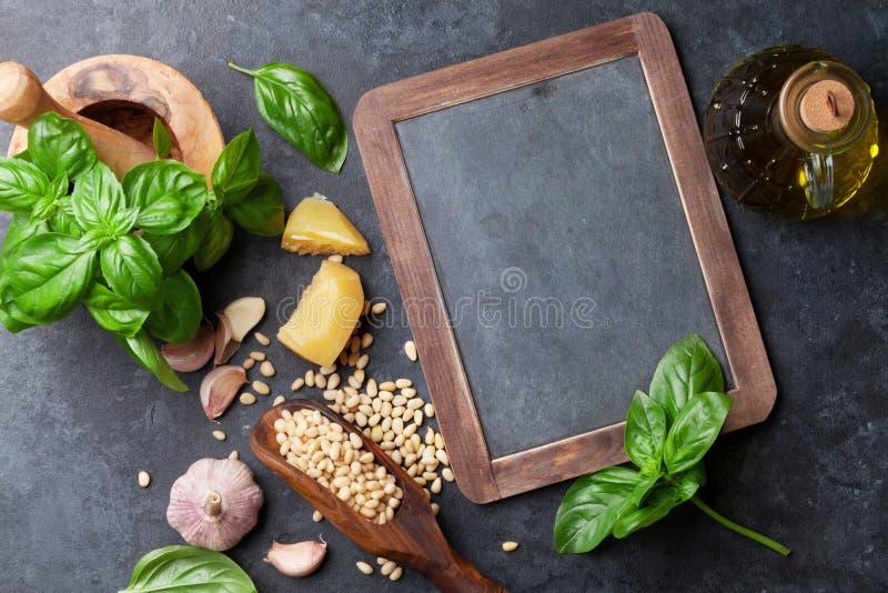 Download Ingrédients De Sauce à Pesto Photo stock - Image du préparation, noir: 77150404