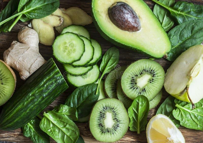 Ingrédients de smoothie de Detox - fruits frais et légumes sur le fond en bois, vue supérieure Mode de vie sain de régime aliment photographie stock
