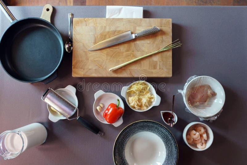 Ingrédients de soupe sur une table photographie stock