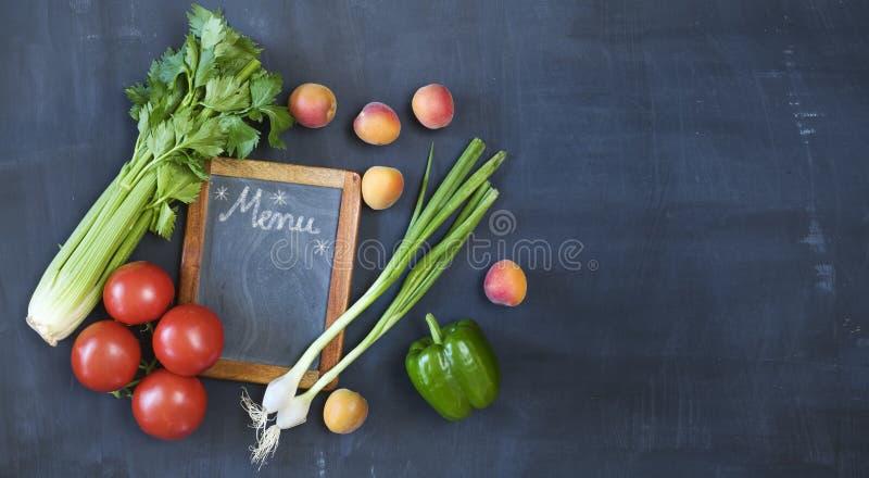 Ingrédients de tableau noir et de nourriture de cuisine, moquerie de calibre de menu, l'espace d'exemplaire gratuit photos libres de droits