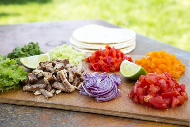 Ingrédients de Tacos Ensemble de légumes frais coupés avec du boeuf, Li image stock