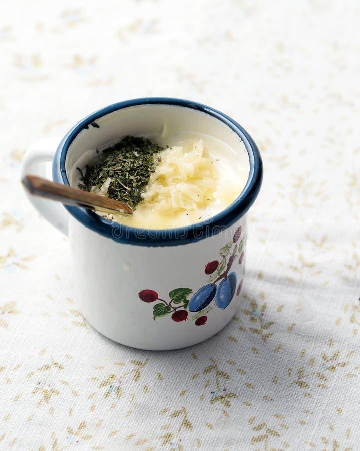 Ingrédients de Tzatziki dans une tasse photo stock