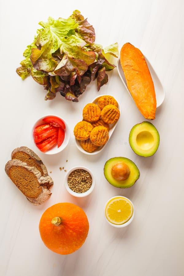 Ingrédients de Vegan sur le fond blanc : légumes, montant éligible maximum de légume photo libre de droits