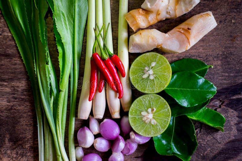 Ingrédients en gros plan Thaifood de tomyumkung sur le fond en bois photo libre de droits