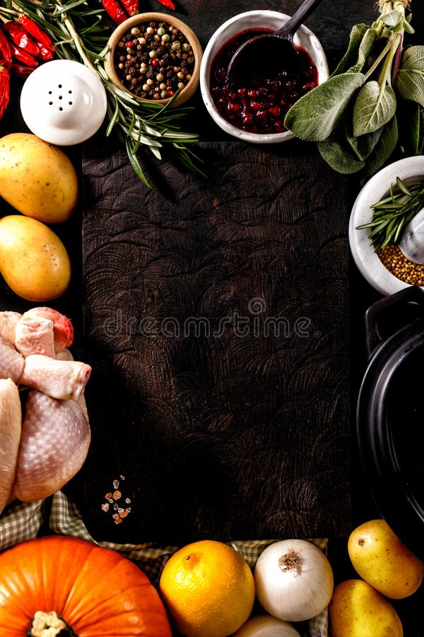 Ingrédients et légumes disposés photographie stock