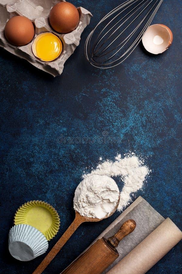 Ingrédients et ustensiles pour la cuisson photographie stock