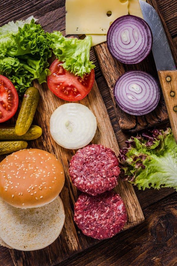 Ingrédients faits maison d'hamburgers image libre de droits