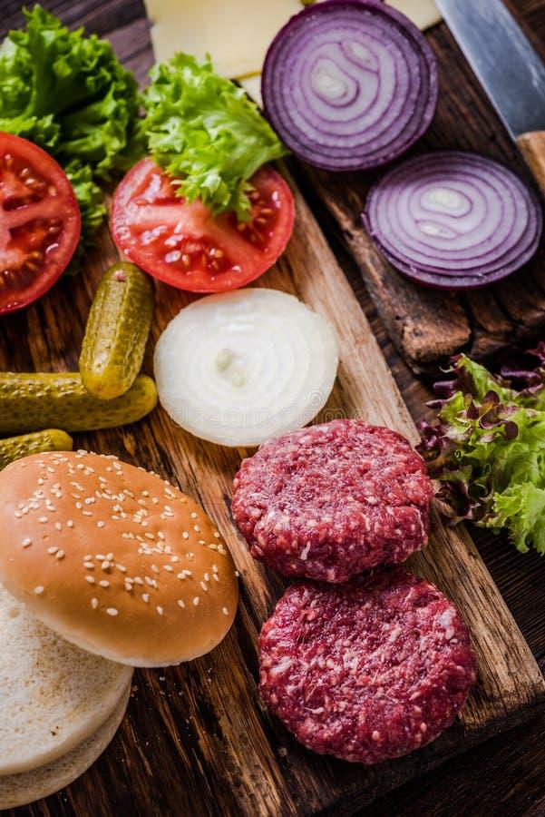 Ingrédients faits maison d'hamburgers photographie stock libre de droits