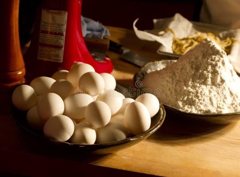 Ingrédients faits maison de farine de blé et de pâtes d'oeufs photo stock