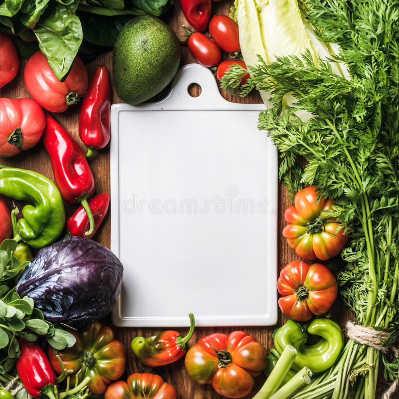 Ingrédients frais de légume cru pour la cuisson saine ou salade faisant avec le conseil en céramique blanc au centre au-dessus d' photos libres de droits