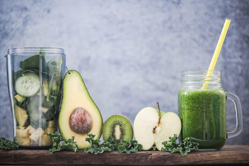 Ingrédients frais pour le smoothie vert parfait images libres de droits