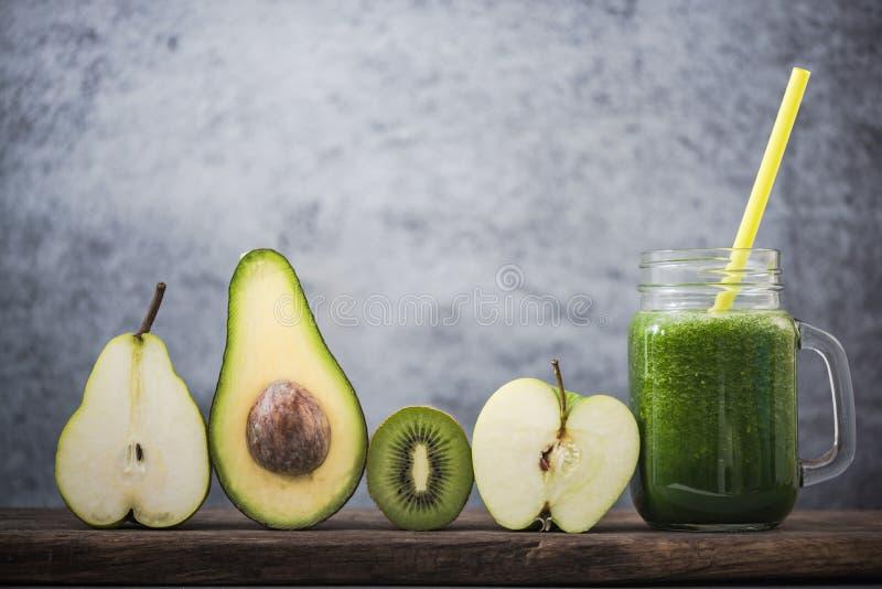 Ingrédients frais pour le smoothie vert parfait photos stock