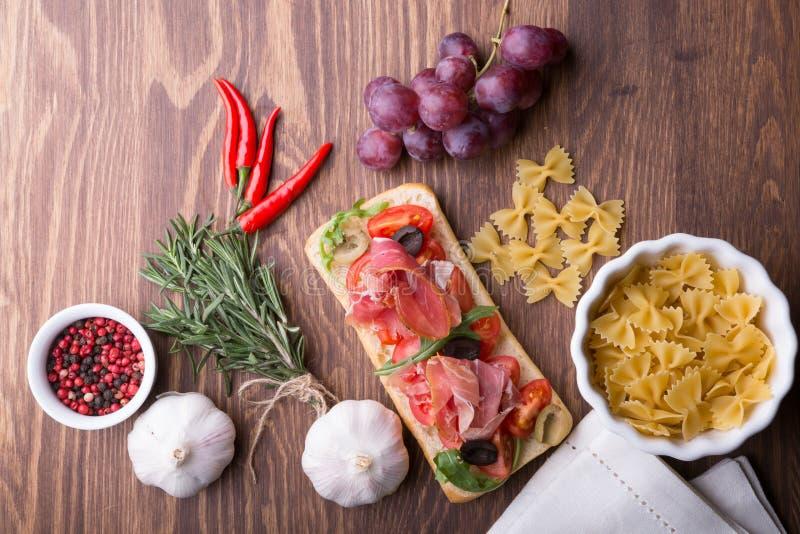 Ingrédients italiens de cuisine prêts sur la table en bois image libre de droits