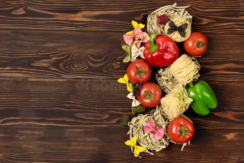 Ingrédients italiens de pâtes de nourriture sur la variété en bois de fond de pâtes de vue supérieure de Tableau de l'espace éten image libre de droits