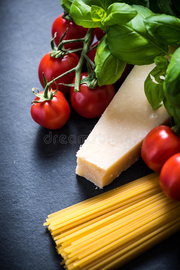 Ingrédients italiens de spaghetti, fond de nourriture avec l'espace de copie image stock