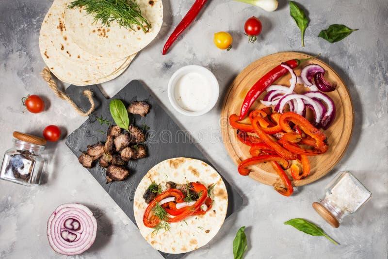 Ingrédients mexicains délicieux frais de tacos et de nourriture sur le fond concret cuisine photographie stock