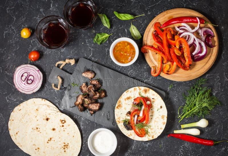Ingrédients mexicains délicieux frais de tacos et de nourriture sur le fond en pierre noir cuisine images libres de droits