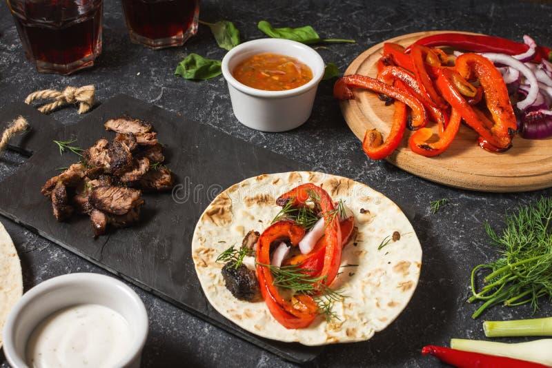 Ingrédients mexicains délicieux frais de tacos et de nourriture sur le fond en pierre noir cuisine images stock