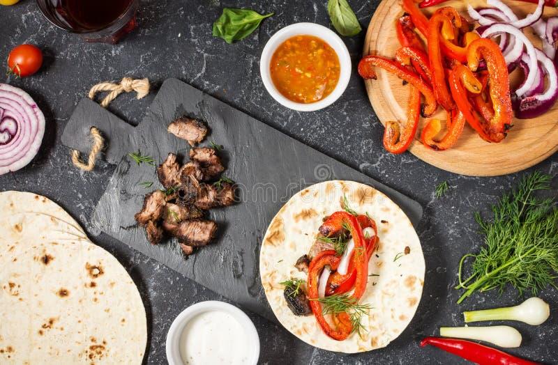 Ingrédients mexicains délicieux frais de tacos et de nourriture sur le fond en pierre noir cuisine photos libres de droits