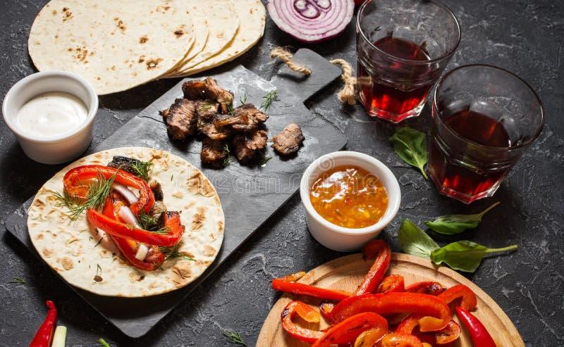 Ingrédients mexicains délicieux frais de tacos et de nourriture sur le fond en pierre noir cuisine photo libre de droits