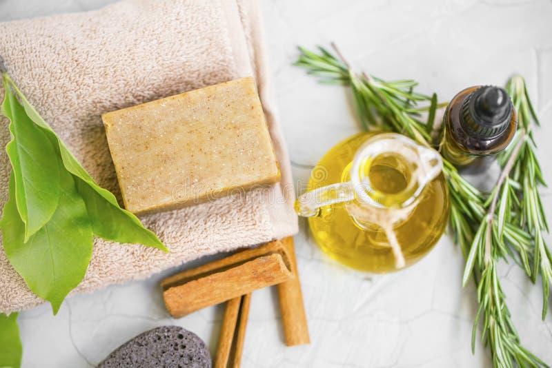 Ingrédients naturels de soins de la peau avec du savon organique, huile d'olive, huile essentielle de fines herbes, vue supérieur photos libres de droits