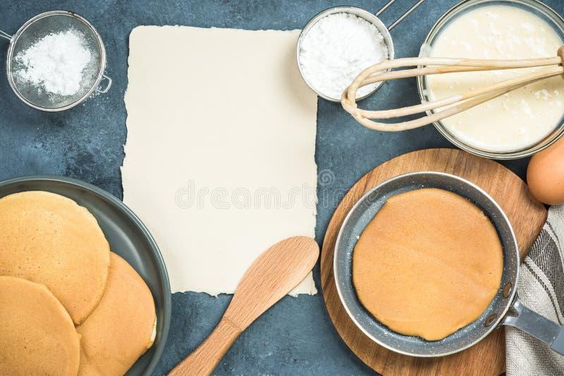 Ingrédients pour des crêpes avec l'espace de copie pour la recette images stock