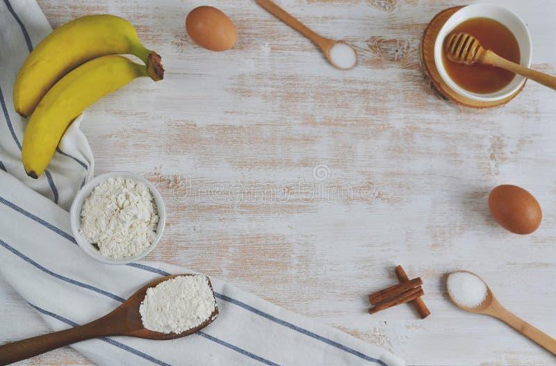 Ingrédients pour des crêpes de banane photos stock