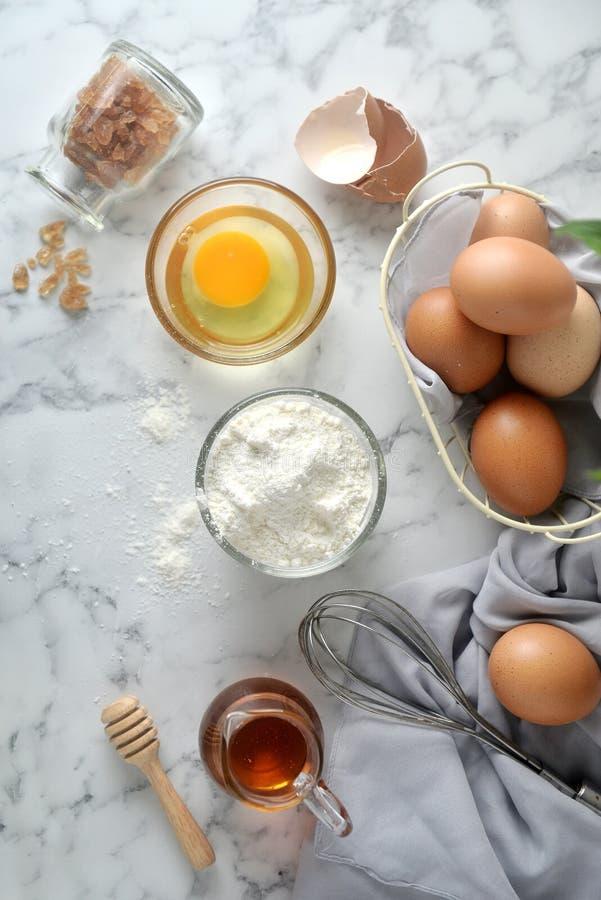 Ingrédients pour des crêpes, gâteau, cuisson sur un fond de marbre images libres de droits