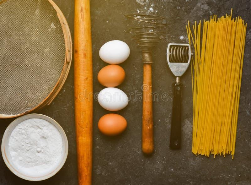 Ingrédients pour des pâtes Le procédé de cuisson photo libre de droits