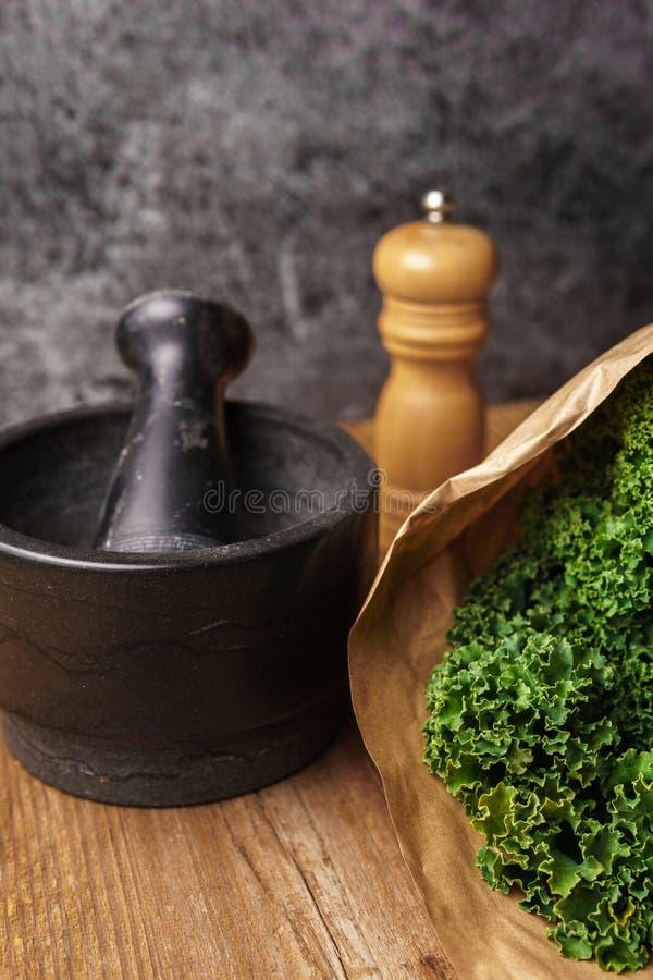 Ingrédients pour des puces de chou frisé photographie stock libre de droits