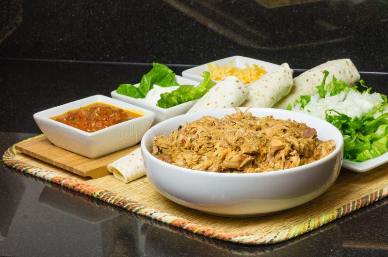 Ingrédients pour des tacos de poulet images libres de droits
