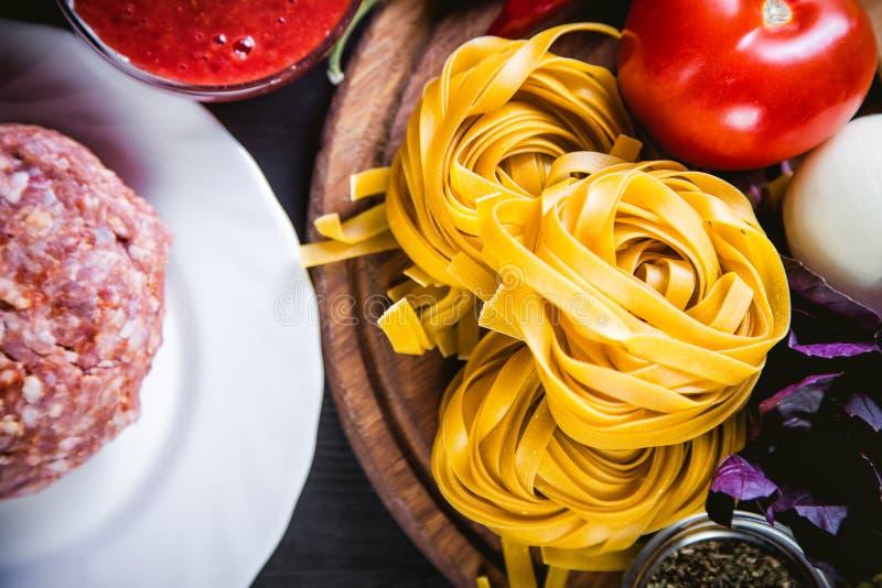 Ingrédients pour faire cuire des pâtes, nourriture italienne, nourriture savoureuse image libre de droits