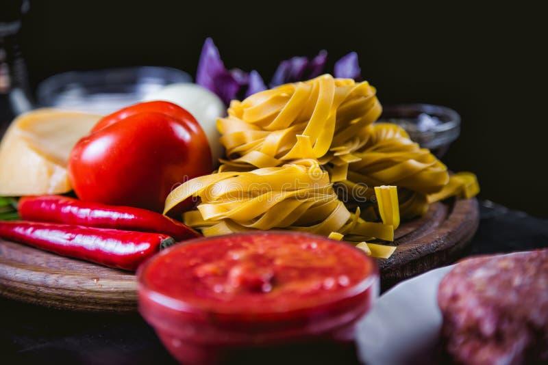 Ingrédients pour faire cuire des pâtes, nourriture italienne, nourriture savoureuse photos stock