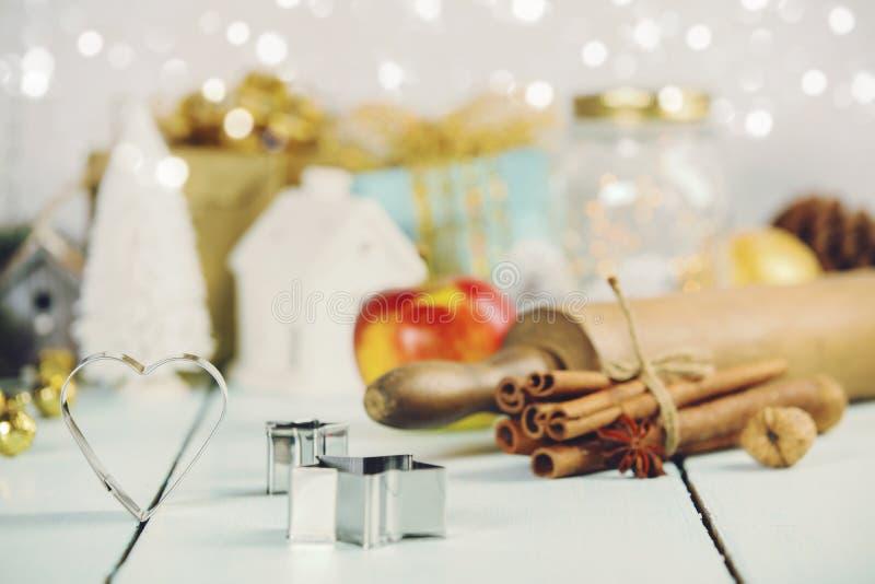 Ingrédients pour faire cuire la cuisson de Noël sur le fond en bois blanc photo libre de droits