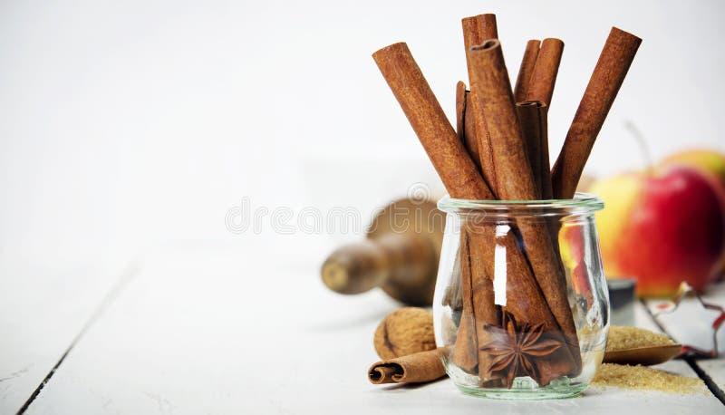 Ingrédients pour faire cuire la cuisson de Noël sur le fond en bois blanc photographie stock libre de droits