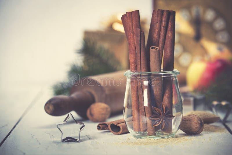 Ingrédients pour faire cuire la cuisson de Noël sur le fond en bois blanc images stock