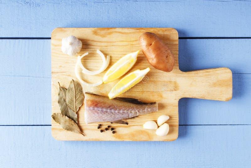 Ingrédients pour faire cuire la nourriture saine sur la planche à découper Légumes et poisson de mer organiques frais Plan rappro photos stock