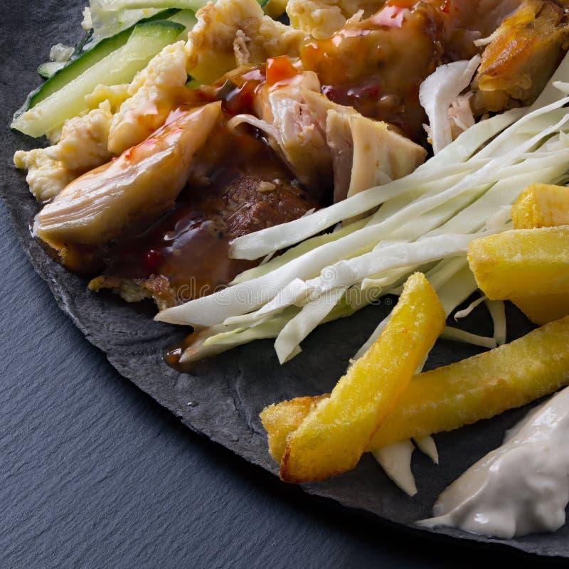 Ingrédients pour faire cuire le mensonge de shawarma sur un pain pita image stock