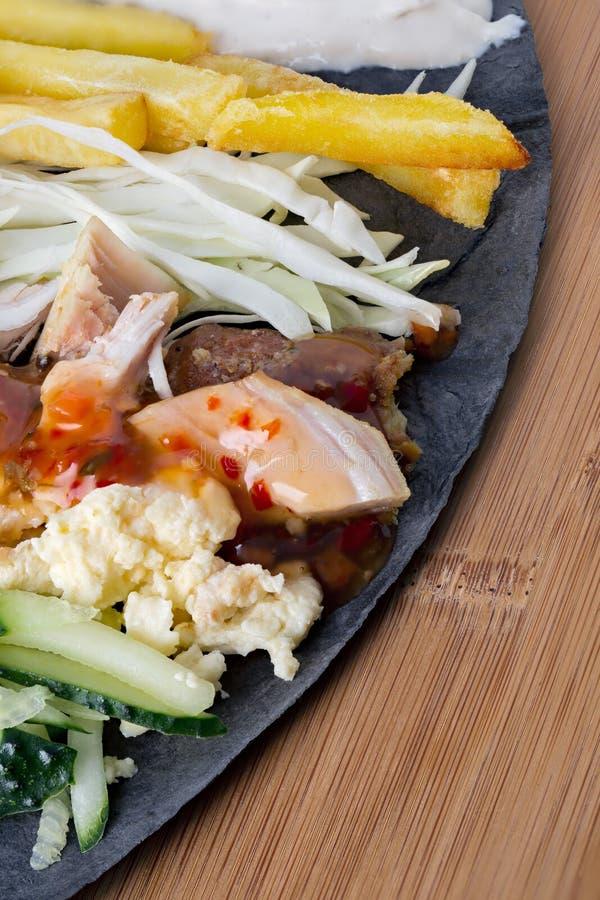 Ingrédients pour faire cuire le mensonge de shawarma sur un pain pita photos libres de droits