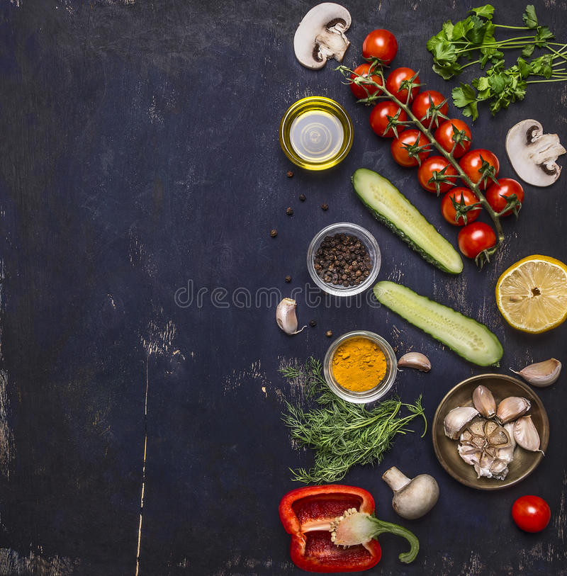 Ingrédients pour faire cuire les tomates végétariennes de nourriture sur une branche, herbes, concombre, citron, ail, huile, poiv images stock