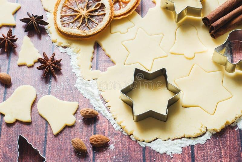 Ingrédients pour faire des biscuits de Noël Les oeufs de farine de cannelle de coupeurs de biscuit de goupille beurrent la pâte s images libres de droits