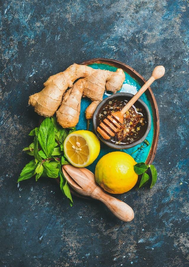 Ingrédients pour faire la boisson chaude naturelle dans le plat bleu lumineux images stock