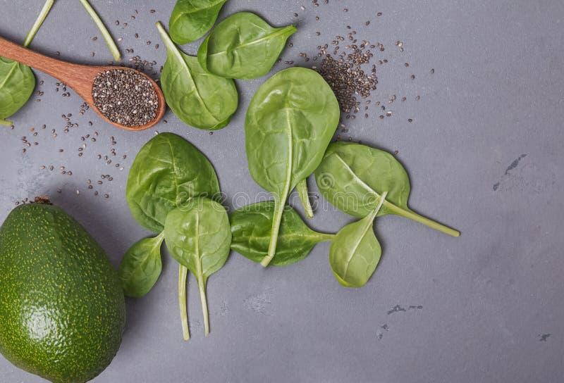 Ingrédients pour faire le smoothie ou la salade vert sain photographie stock libre de droits