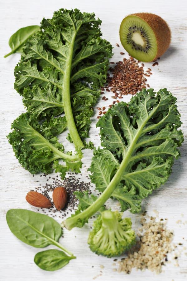 Ingrédients pour faire le smoothie ou la salade vert sain image stock