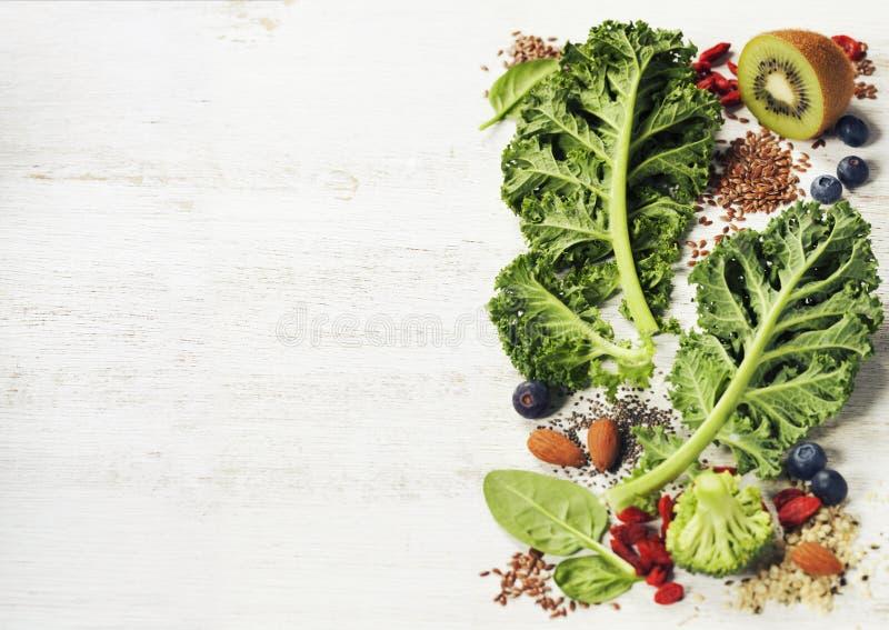 Ingrédients pour faire le smoothie ou la salade vert sain photos stock