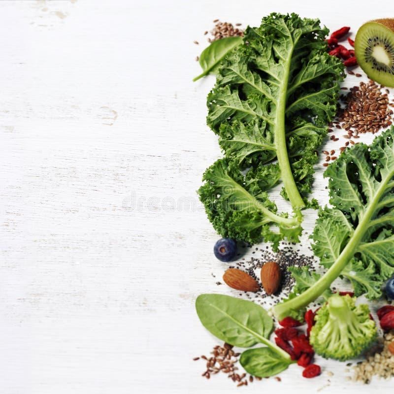Ingrédients pour faire le smoothie ou la salade vert sain image libre de droits