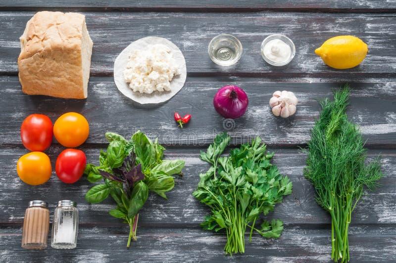 Ingrédients pour la bruschette avec le fromage blanc et les tomates images libres de droits